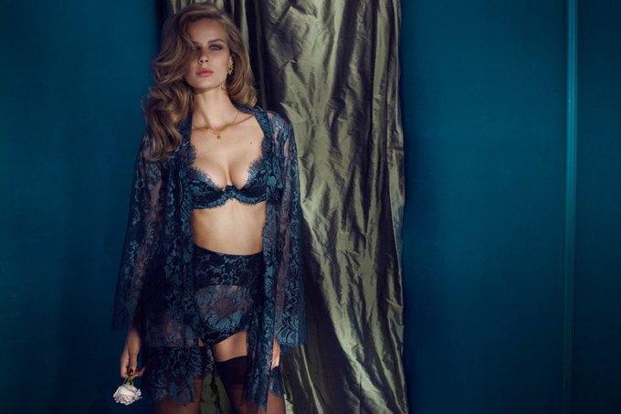 Модели Марлин Хоэк и Синди Бруна снялись в новой рекламе Agent Provocateur. Изображение № 6.