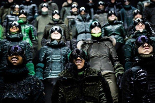 Марка Moncler представила новую коллекцию, собрав сотни людей в масках под зеркальные потолки. Изображение № 8.