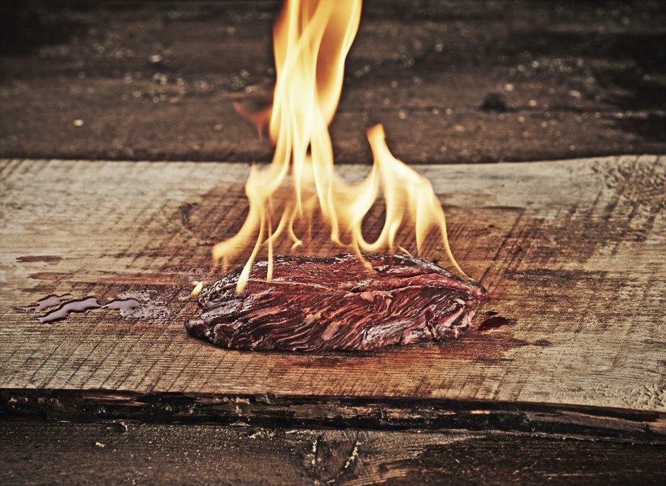 Открыть огонь: Говяжьи стейки среди языков пламени. Изображение № 7.