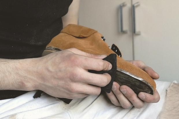 Теперь тщательно полируем боковую поверхность подошвы обычной тканью, удаляя излижки воска. Ботинок готов.. Изображение № 51.
