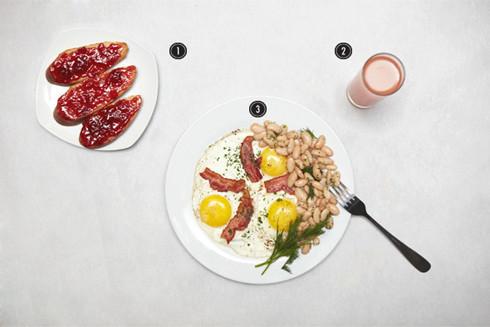 1. Бутерброды с джемом. 2. Стакан грейпфрутового сока. 3. Яичница-глазунья с фасолью и беконом  . Изображение № 7.