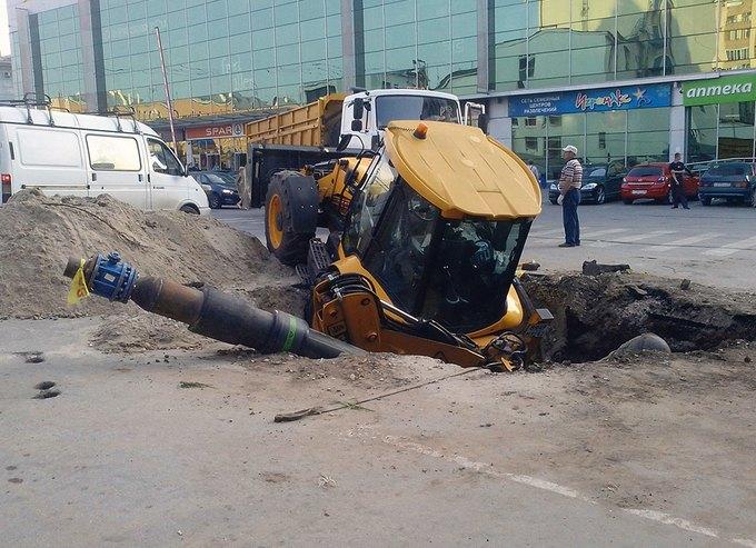 В Рязани трактор упал в яму, которую сам и выкопал. Изображение № 1.