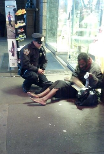 Американский полицейский, подаривший бездомному ботинки, получил повышение. Изображение № 1.