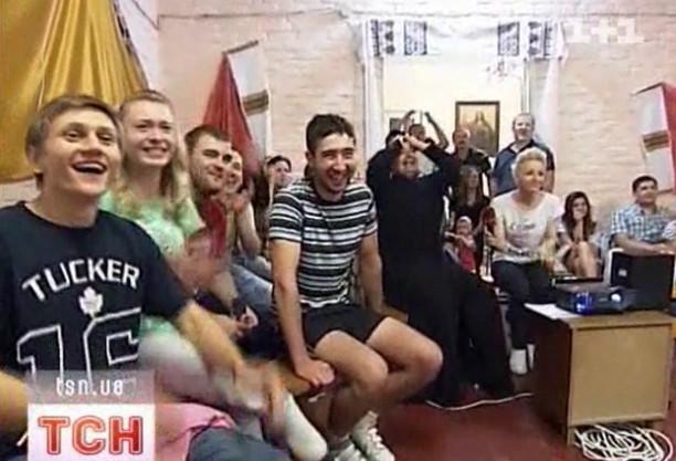 Украинский священник сделал фан-зону в собственном храме. Изображение № 1.
