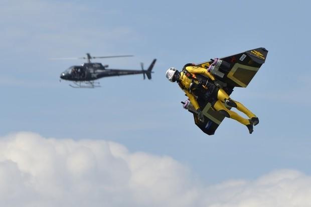 Житель Швейцарии сопровождал в воздухе пассажирский самолет на протяжении семи минут. Изображение № 2.