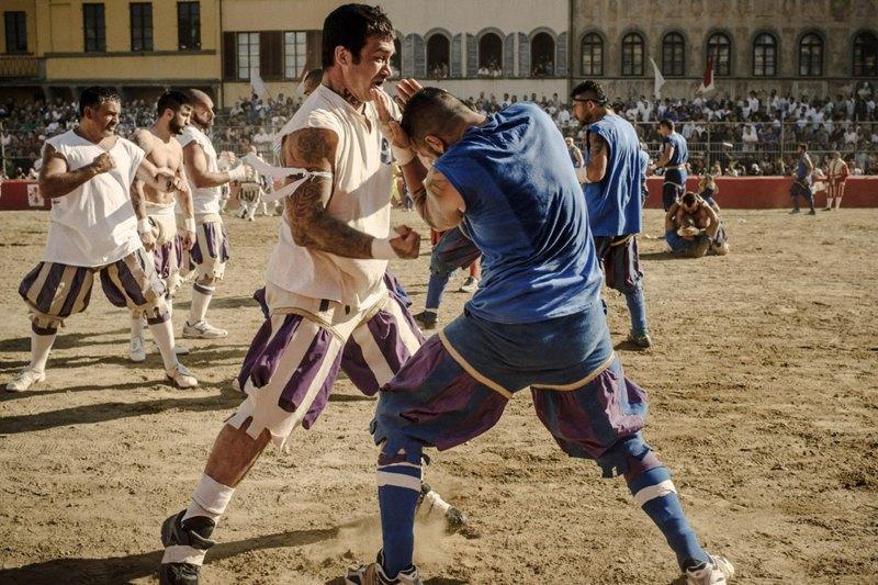Как выглядит самая кровожадная разновидность футбола —кальчо флорентино. Изображение № 29.