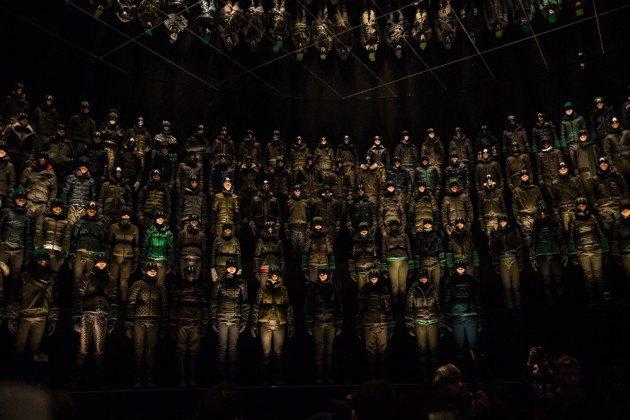 Марка Moncler представила новую коллекцию, собрав сотни людей в масках под зеркальные потолки. Изображение № 11.