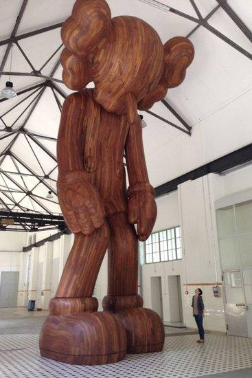 Художник Kaws создал огромную деревянную скульптуру. Изображение № 1.