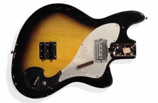 Разбитая в клипе Nirvana «Smells Like Teen Spirit» гитара выставлена на аукцион. Изображение № 1.