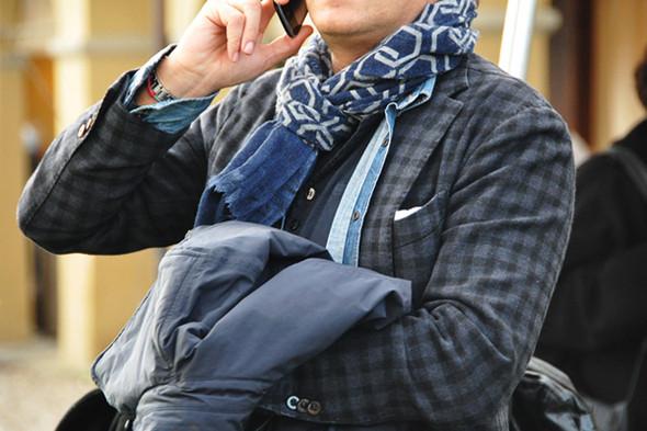 Изображение 4. Шарфы, клатчи, клетчатые пиджаки и подвернутые джинсы.. Изображение № 7.