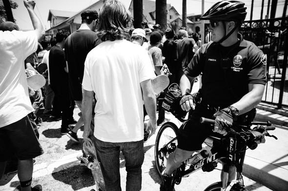 Изображение 1. Скейтбордисты Лос-Анджелеса устроили «Безумие на улицах города».. Изображение № 9.
