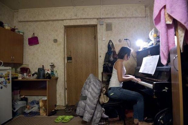 Фотограф Паскаль Дюмон заснял жизнь в студенческих общежитиях в Москве. Изображение № 2.