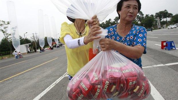 Южная Корея отправила 10 000 печенек на воздушных шариках Северной Корее. Изображение № 1.