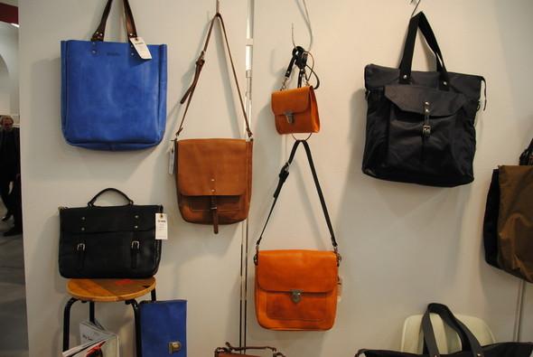 Сумок у Ally Capellino много, но рюкзаки внушают куда больше доверия.. Изображение № 11.
