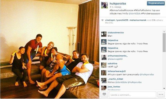 Футболисты и знаменитости поддержали «банановый» флешмоб, направленный против расизма. Изображение № 4.