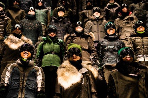 Марка Moncler представила новую коллекцию, собрав сотни людей в масках под зеркальные потолки. Изображение № 6.