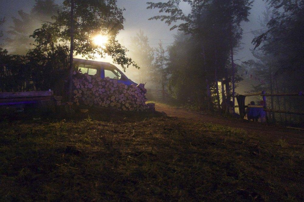 Фотопроект: Как британцы бегут от цивилизации на фестиваль в лесах Болгарии. Изображение № 10.