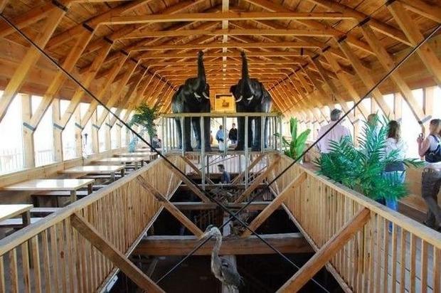 Голландец построил Ноев ковчег в натуральную величину, чтобы спасти свою страну от наводнения. Изображение № 8.