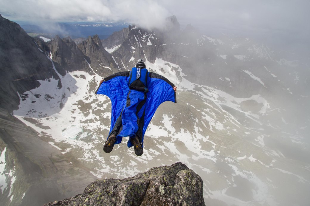 «Лучше действовать, чем ждать у моря погоды»: Как я прыгнул с сибирской скалы в вингсьюте. Изображение № 12.