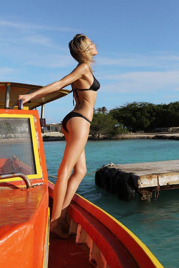 Журнал Surfing Magazine опубликовал специальный выпуск, посвящённый моделям в купальниках. Изображение № 20.