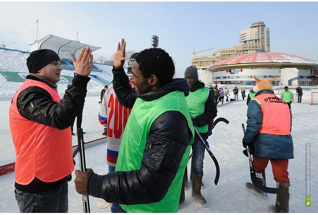 Африканцы приняли участие в товарищеском матче по хоккею с мячом в валенках. Изображение № 5.