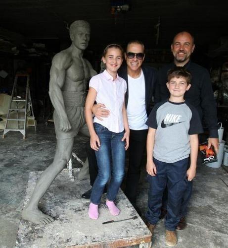 В Брюсселе открылся памятник Жан-Клоду Ван Дамму. Изображение № 5.
