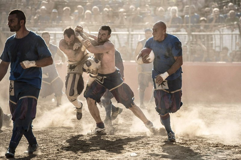 Как выглядит самая кровожадная разновидность футбола —кальчо флорентино. Изображение № 33.