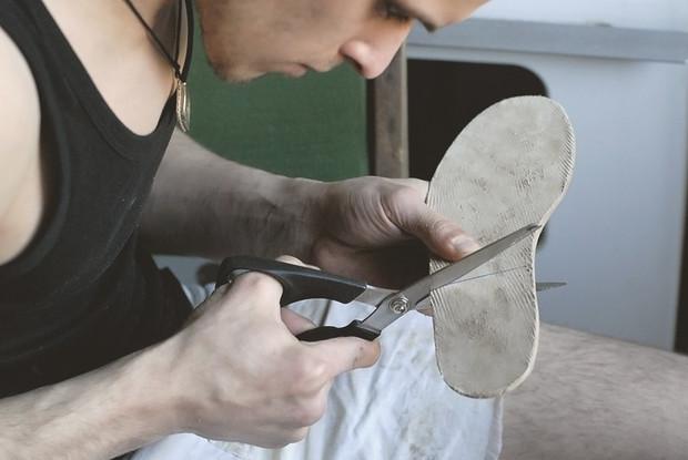 Для каблука мы используем ту же кожу, что и для подошвы. Изображение № 34.