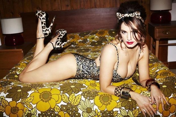 Актриса и модель Келли Брук снялась для английского журнала Nuts. Изображение № 2.
