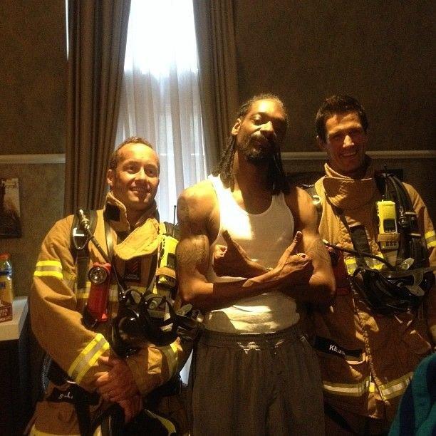 Пожарные прибыли в номер Снуп Догга из-за сработавшего датчика дыма. Изображение № 1.