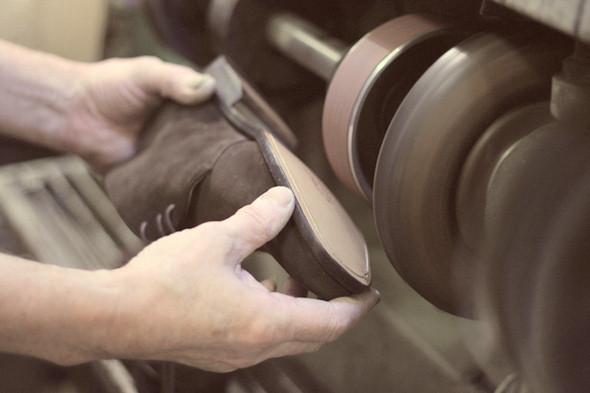 Сперва с них снимают фабричное покрытие, на которое не ложится клей. Изображение №18.