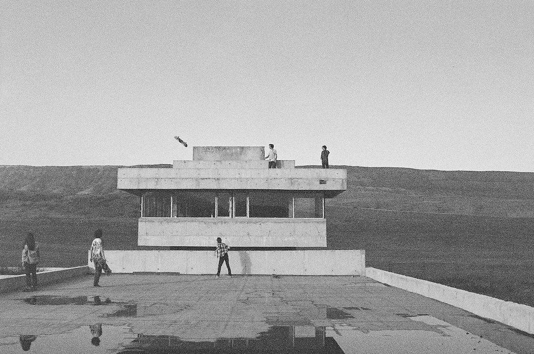 «Когда земля кажется лёгкой»: Грузинские скейтеры в фотографиях Давида Месхи. Изображение № 3.