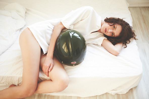 Неловкое утро: 6 девушек в мужских вещах. Изображение № 10.