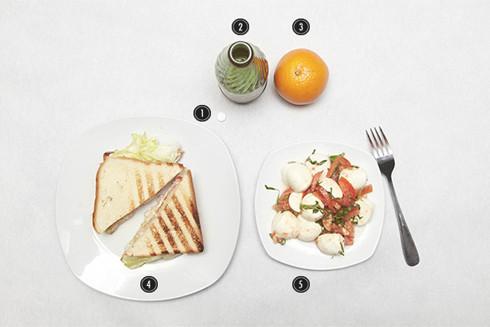 1. Таблетка аспирина. 2. Бутылка минеральной воды. 3. Апельсин. 4. Сэндвич с ветчиной из индейки. 5. Салат из томатов с сыром моцарелла. Изображение № 3.