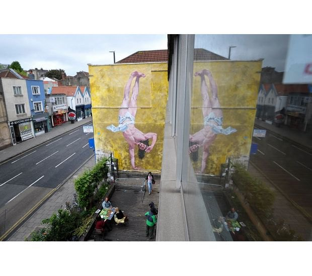 В Бристоле появилось граффити с танцующим брейк Иисусом. Изображение № 5.