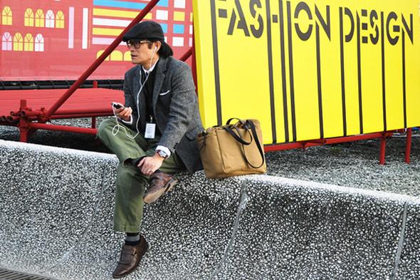 Мужчины на обеих выставках Pitti Uomo этого года часто появлялись в таких. Источник: gq.com. Изображение №5.