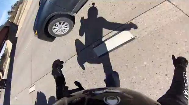 Мотоциклист, врезавшийся в авто на скорости 230 км/ч, выложил видео своей аварии. Изображение № 8.