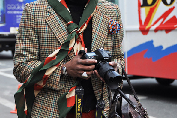 Орнамент на шарфе и платке, конечно, подходит по цвету к пиджаку, но что-то здесь явно лишнее. Фотография Томми Тона. Изображение № 52.