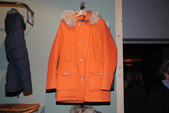 Белую куртку можно заменить, например, оранжевой, а еще есть синяя и зеленая.. Изображение № 10.
