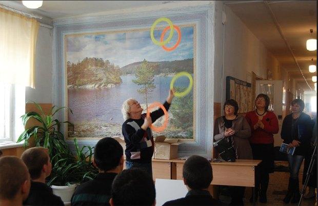 Юрий Куклачев научил несовершеннолетних самарских зэков жонглировать. Изображение № 1.