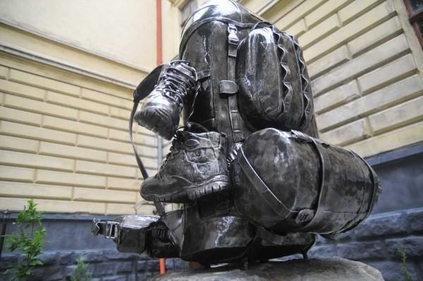 Во Львове установили первый в мире памятник рюкзаку. Изображение № 1.