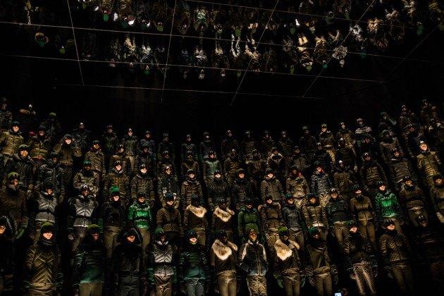 Марка Moncler представила новую коллекцию, собрав сотни людей в масках под зеркальные потолки. Изображение № 10.