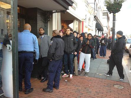 Выпуск кроссовок Air Jordan вызвал массовые беспорядки в магазинах. Изображение № 3.