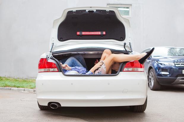 Эксперимент: Сколько девушек поместится в одну машину. Изображение №6.