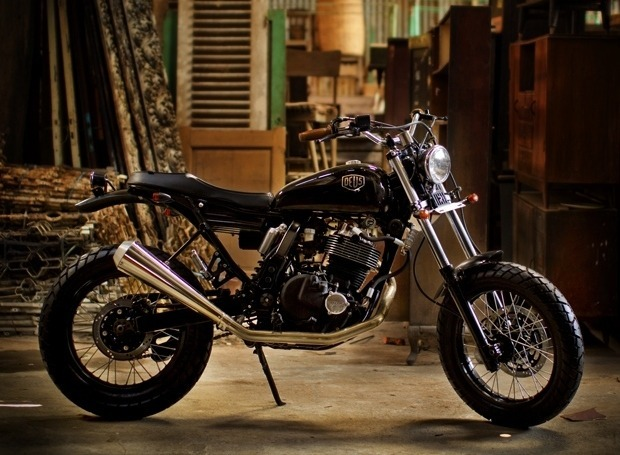 Мастерская Deus Ex Machina выпустила кастомный мотоцикл на базе Suzuki DR650. Изображение №1.