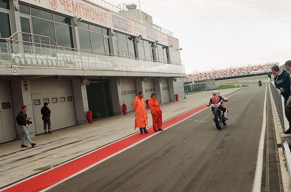 Фоторепортаж с гонки кастомных мотоциклов Nuts & Bolts. Изображение № 14.