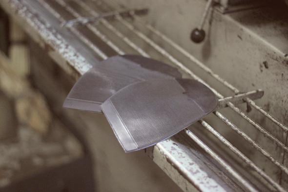 Затем берут готовые резиновые наклейки или вырезают такие из большого рулона резины. Изображение № 19.