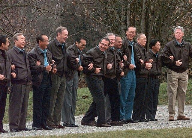 Путин в шёлке, Джордж Буш в пончо: Самые стильные образы на саммите АТЭС. Изображение № 2.