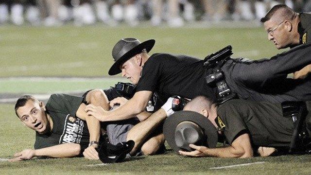Стрикеры: кто и зачем выбегает на поле по время спортивных матчей. Изображение № 15.