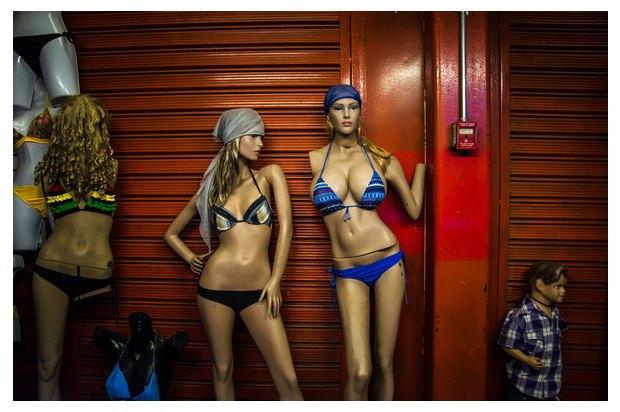 В Венесуэле рынки заполонили женские манекены с огромной грудью. Изображение № 1.